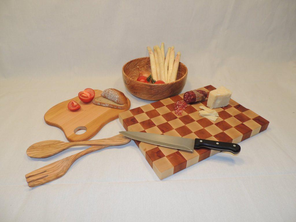 verschiedenste Küchenuntensilien - Schneidbretter, Salatbesteck, Schüsseln uvm.